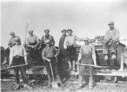 """""""karreputten"""", modder uit de sloten vervoeren over een tijdelijk spoor"""