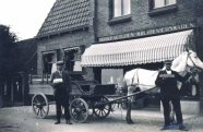 Kruidenierswinkel. Klaas Balt, de bakker, met paard en wagen. Rond 192