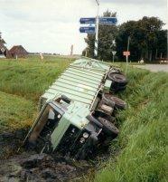 Gemeentereiniging. Ongeluk vuilnisauto bij de Stienser Hogedijk(1988)