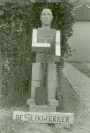 De Slikwerker, gemaakt van bakstenen. St.-Anne, 1980